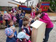 Kinder begutachten Insektenhotel